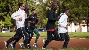 Marc Roig (primero por la izquierda) entrenando junto con Kipchoge (segundo por la derecha) en Kenia