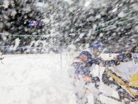 Michael Dal Colle # 28 de los New York Islanders persigue el disco contra los Pittsburgh Penguins en el Barclays Center en el distrito de Brooklyn.