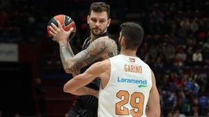 Patricio Garino defiende al local Vladimir Micov