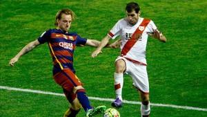 Roberto Trashorras pelea un balón con Ivan Rakitic en la última visita del FC Barcelona a Vallecas
