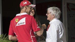 Sebastian Vettel y Bernie Ecclestone departiendo amistosamente