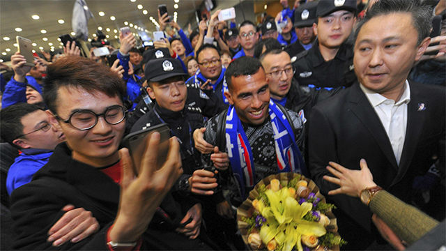 Tevez, aclamado a su llegada a China