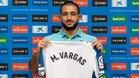 Vargas mostrando la camiseta blanquiazul en su presentación