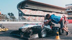 Un coche preparándose para correr las pruebas de Scrutineering