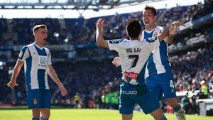 Adrià Pedrosa, Wu Lei y Víctor Sánchez celebran un gol del Espanyol
