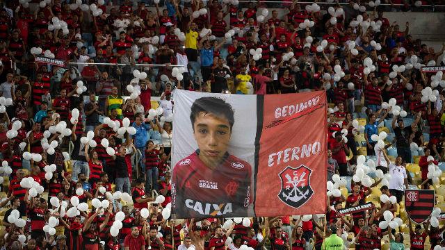 La afición del Flamengo rinde un bonito homenaje a los 10 fallecidos