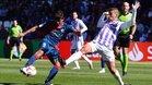 Aguilera dispara a puerta ante el defensa del Real Valladolid Alcaraz