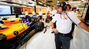 Alonso, en el box de McLaren en Abu Dhabi