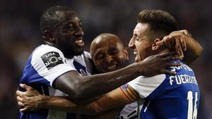 Brahim, Marega y Herrera se abrazan tras uno de los goles del Porto
