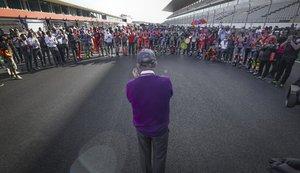 Carmelo Ezpeleta recibe el homenaje de todo el paddock, en la parrilla de MotoGP, de Portimao