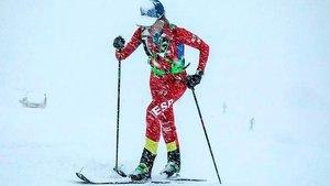 Clàudia Galicia practicando la dura disciplina del esquí de montaña en medio de una intensa nevada