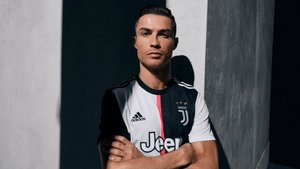 b5220f9763bf Cristiano Ronaldo presenta la nueva camiseta de la Juventus