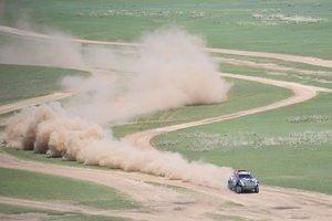 Denis Krotov de Rusia y Dmytro Tsyro de Rusia compiten con su MINI John Cooper Works Rally durante la tercera etapa del Silk Way Rally 2019 de Ulan-Ude a Ulaanbaatar.