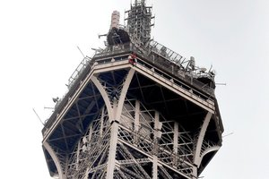 Evacúan la Torre Eiffel debido a la escalada de un desconocido