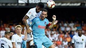 Garay y Godín pelean un balón por arriba