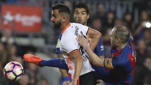 Iniesta durante el partido ante el Valencia donde mostró estar recuperado
