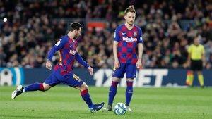 Ivan Rakitic (derecha) junto a Leo Messi durante el Barça-Granada de la Liga 2019/20