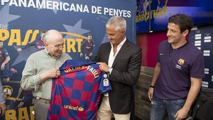 Javier Bordas y Juliano Belletti le entregaron una camiseta con su nombre