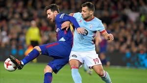 Jonny pugna con Leo Messi durante un partido contra el FC Barcelona
