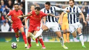 Livermore (derecha), perdió los nervios al ser insultado desde la grada del West Ham