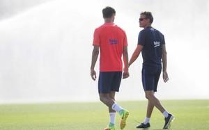Luis Enrique conversa con Gomes durante un entrenamiento