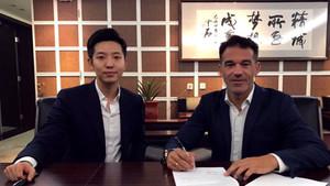 Luis García Plaza, firmando su nuevo contrato