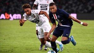 Mbappé se intenta desmarcar de un defensor en la Supercopa de Francia