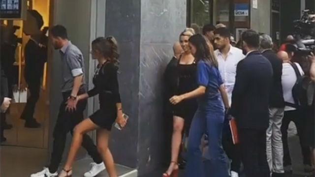 Messi y Suárez acompañaron a sus parejas en la apertura de la tienda de zapatos