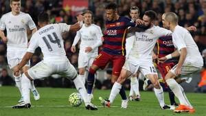 Neymar, delantero del Barça, rodeado de jugadores del Madrid
