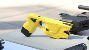 La policía española incorpora las nuevas pistolas taser