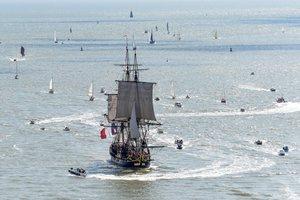 La réplica de la fragata francesa LHermione, que transportó al general La Fayette a América en 1780 para reunir a los rebeldes estadounidenses que luchan por la independencia, abandona el puerto de Saint-Nazaire, en el oeste de Francia.