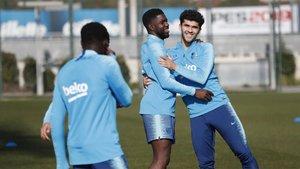 Samuel Umtiti junto a Carles Aleñá en el entrenamiento del Barça de este viernes