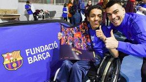 Sergio Lozano, junto a un niño en un acto de la Fundació Barça