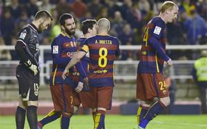 Thuran es felicitado por sus compañeros tras marcar su primer gol como barcelonista