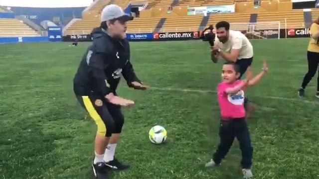 La última de Maradona en Dorados: competición de baile con un joven aficionado