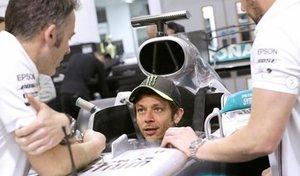 Valentino, subido al Mercedes en Brackley