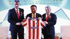 Wang Jianlin posa junto al presidente del Atlético de Madrid, Enrique Cerezo, y el consejero delegado del club rojiblanco, Miguel Ángel Gil