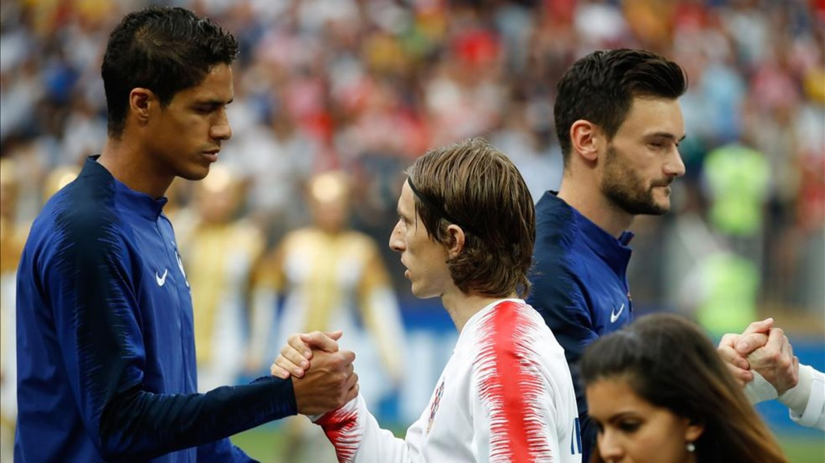 Varane y Modric se saludan en el Mundial.