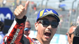 Jorge Lorenzo (Ducati) celebra, eufórico, su tercera pole consecutiva de la temporada.