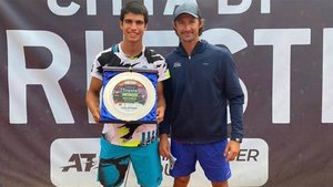 Alcaraz posa con el título, junto a Juan Carlos Ferrero