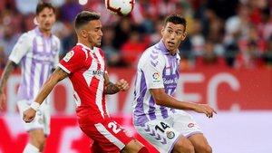 Aleix Garcia lucha el balón con Rubén Alcaraz, del Valladolid.
