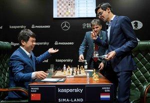 El chino Wang Hao (i) y el holandés Anish Giri (d) durante una partida del torneo