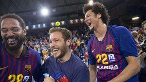Duarte, y Petros, dos de los fichajes de este año, disfrutan del título con su capitán
