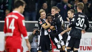 Ginter recibe la felicitación de sus compañeros tras batir a Ulreich