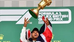 Hamilton levanta el trofeo de ganador en Silverstone