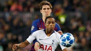 Juan Miranda luchando por un balón ante el Tottenham