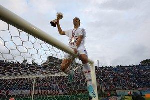 El jugador del Nacional Thiago Vecino levanta el trofeo de campeón de fútbol uruguayo tras vencer en la final al Peñarol en Montevideo (Uruguay).