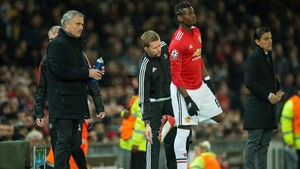 Mourinho y Pogba durante un partido de la pasada Premier