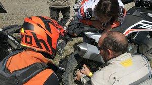 Un participante ayuda a Laia Sanz, que pinchó durante el recorrido