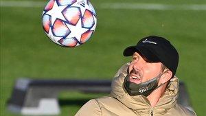 Simeone, con el balón de la Champions